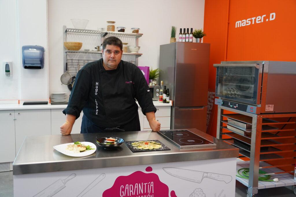 Hugo López prepara ensalada con trufa de verano