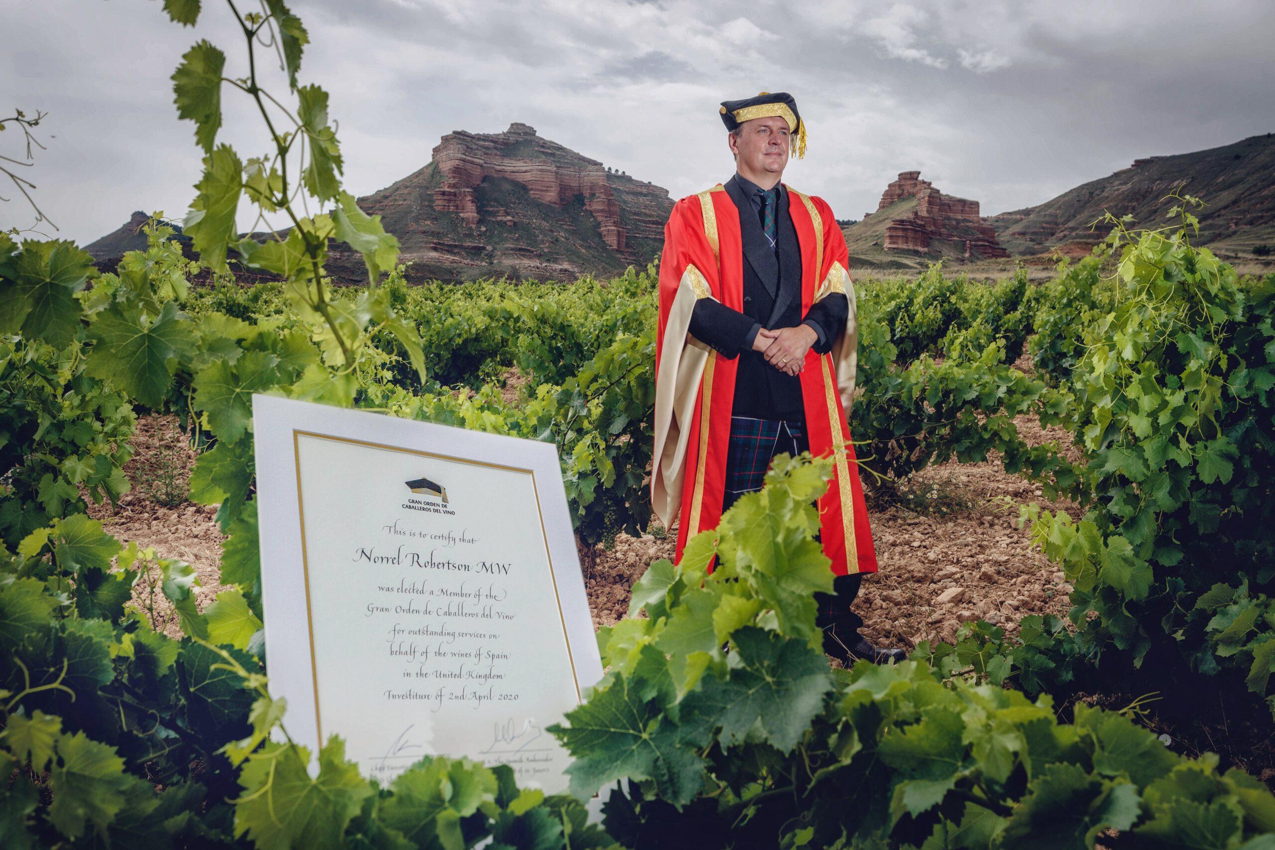 Norrel Robertson investido en la Gran Orden de Caballeros del Vino (GOCV)