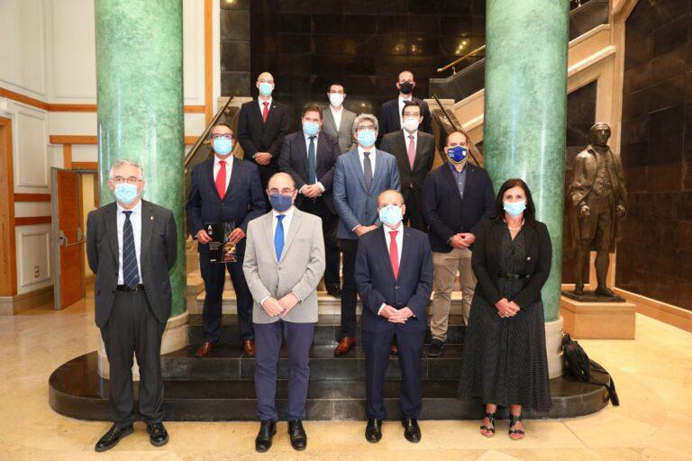 El presidente del Gobierno de Aragón, Javier Lambán, junto a los representantes de las siete cadenas que promocionan los alimentos de Aragón